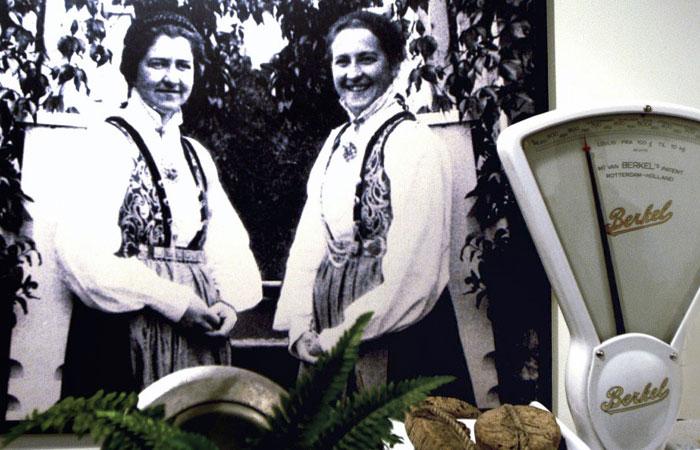 SØSTRENE HAGELIN: Elna og Gudrun reiste frå Sogndal til Bergen og starta Søstrene Hagelin. - Dei jobba veldig mykje. I eit brev til mor si skreiv dei at dei snart ikkje hadde tid til å legga seg, fortel Kari Hagelin. FOTO: Bergens Tidende