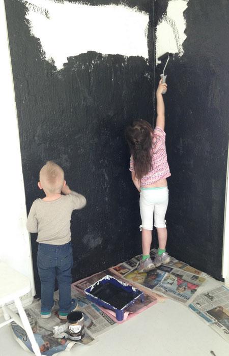 Lillebror Leo er minstemann i familien. Likevel er han også med på maling og når familien gjør bruktkupp.
