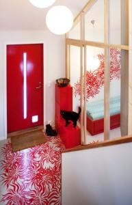 BERSERK: - Jeg ville gått berserk i interiøret om jeg hadde bodd alene, sier Sarah Reed. Gjesterommet ligger til høyre, bak glassveggen. FOTO: JAN M. LILLEBØ