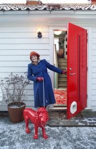 INNBRUDDSSIKKER: Ved inngangsdøren står en rød løve i bånd. Sarah kjøpte to epoxyløver på nettet etter at familien hadde hatt innbrudd. FOTO: Jan M. Lillebø