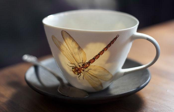 FOSSIL: Porselenskoppene til keramiker Sarah Reed er ofte dekorert med insekt og med lønneblad som er brent inn og skaper en fossileffekt.