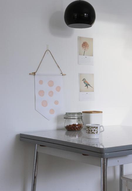 Ulikt oppheng får ulikt uttrykk. På kjøkkenet er vimpelen festet med naturtråd og washi-tape. FOTO: Christine Renée Kjellby / Møbelpøbel