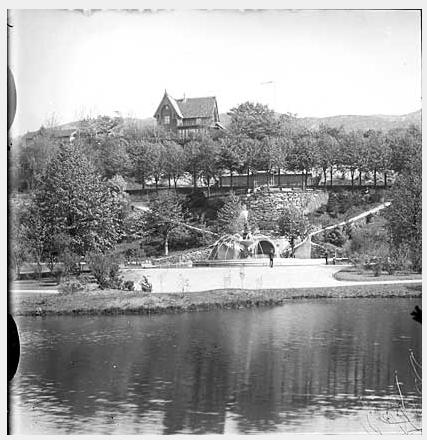 ANNO 1900: Villaveien 1 var et av de første husene på Nygårdshøyden. Her sett fra Nygårdsparken en gang mellom 1900 og 1910. FOTO: Knudsen, Knud & Co, Bildesamlingen UIB