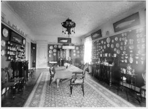 SPISESTUEN: Dette bildet er fra spisestuen i huset, datert til starten av 1920-tallet. Mannen som sitter ved bordet er ukjent. FOTO: Atelier KK, Billedsamlingen UIB