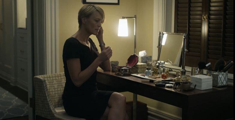 STIL: Claire har en upåklagelig stil, som hun ofte setter sammen ved sminkebordet i overetasjen. FOTO: Netflix