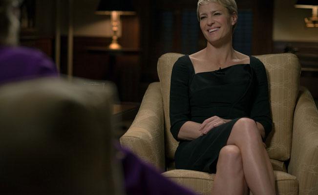 INTERVJU: Skal du intervjues hjemme i stuen gjøres det best i kamelfargede møbler. FOTO: Netflix