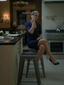 GAMMELT OG NYTT: Claire sitter på metallkrakkene i kjøkkenet som også har et romantisk og landsens preg. FOTO: Netflix