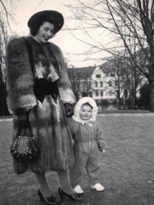 Esther sammen med sin datter Turid. FOTO: Privat
