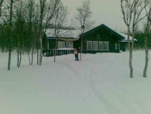 TERRENG: Er det stygt vinterferievær er det ikke nødvendig å dra så langt av sted. Logistikken rundt et skirenn er alltid lettest tett opptil hytten. FOTO: Linn Gjerstad