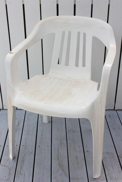 FØR: Ikke akkurat den kuleste stolen på terrassen. Plaststolen bærer preg av at den har stått ute i vinter. FOTO: Stina Andersen / Fru Andersen