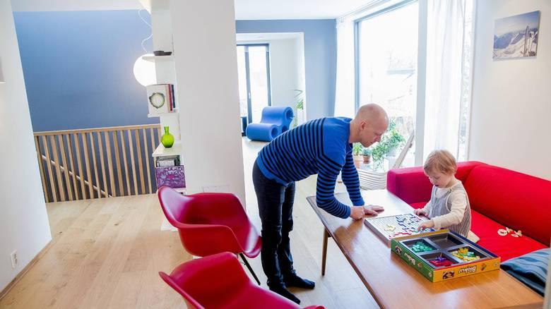 SPILL: Jørgen Juel Andersen og datteren Aurora bruker gjerne husets spillavdeling. FOTO: NTB Scanpix