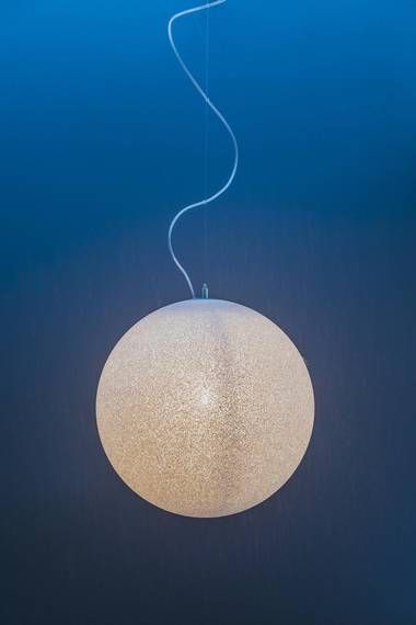 TRAPPEFINT: Ice Globe-lampe i trappen. FOTO: NTB Scanpix