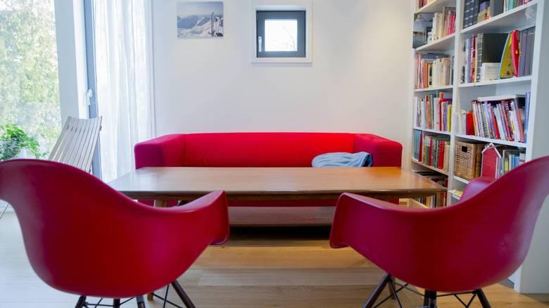 SPILLAVDELING: En av sofakrokene er blitt husets spillavdeling. Der samles familien over spillebrettene. FOTO: NTB Scanpix