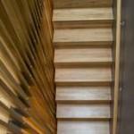 TRAPP: Rekkverket i trappen har spiler i ulik bredde og tykkelse. FOTO: NTB Scanpix