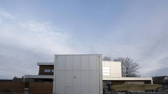 KROPPSVARME: Svenskene kaller passivhusene for «kroppsvarmehus». Gabriel Garvik spøker gjerne med at han kan varme opp huset sitt med et par telys. Så snart det er litt folk i huset er det nok til å holde det varmt. FOTO: IRENE JACOBSEN