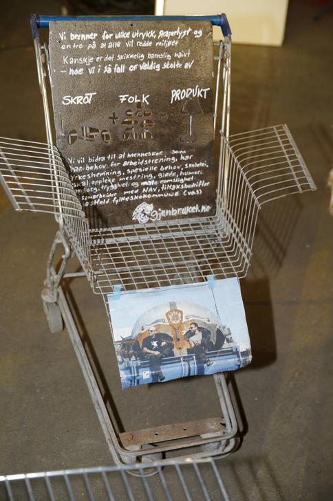 HANDLESTOL: Denne særegne stolen er laget av en handlevogn, og var en del av kunstutstillingen Lev vel på Norsk Design- og Arkitektursenter. FOTO: Terje Pedersen, NTB Scanpix