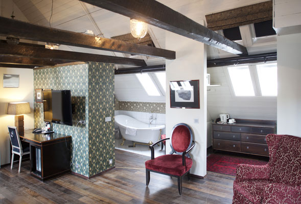 UNIKE ROM: Alle rommene har ulik utforming, og er dekorert med moderne tapet og eksklusive tekstiler. På 449 er badet en del av suiten, bare toalettet er skjult bak en dør. FOTO: Jan M. Lillebø