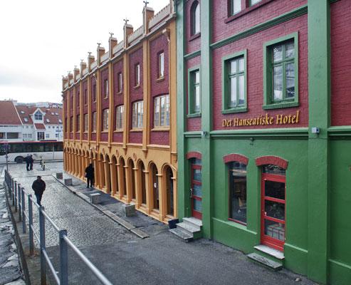 BESKJEDENT: Hotellet holder til bak en beskjeden fasade med et enkelt inngangsparti. FOTO: Jan M. Lillebø