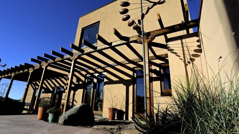 STARTPUNKTET: Vindskulpturen i hagen kommer fra et galleri i New Mexico. Egentlig var det dem som satte ideene i sving og gjorde at nybygget ble som det ble. FOTO: Irene Jacobsen