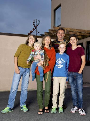FAMILIEN: Her bor vi: Robin (15), Liam (1,5) Aina Haugen, Ellis del Sol, Elliot (12) og Markus (17). FOTO: Irene Jacobsen