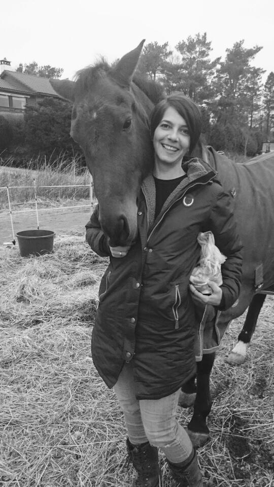 VAR SYK: Henriette var kronisk syk i mange år. Det var ponnien som fikk henne tilbake. FOTO: Privat
