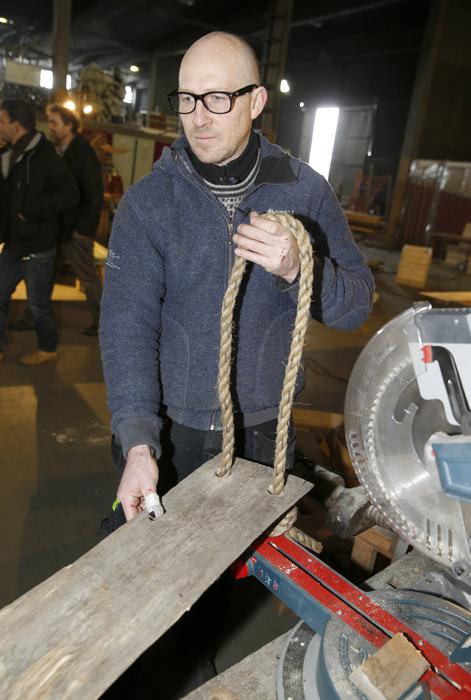 HYLLE: En planke og et tau, vips, du har en hylle. Nils Håmo viser hvordan. FOTO: Terje Pedersen, NTB Scanpix