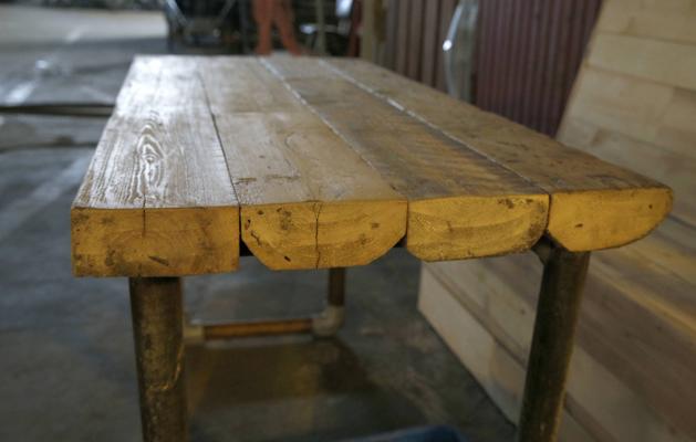 KRAFTIG: Bordet er laget av tykke, nedslipte planker, med understell av rør fra stillasdeler. FOTO: Terje Pedersen, NTB Scanpix