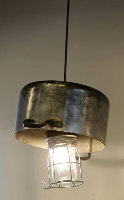 GJENBRUK: Lampe av en kjele som ingen lenger ville ha. FOTO: Terje Pedersen, NTB Scanpix