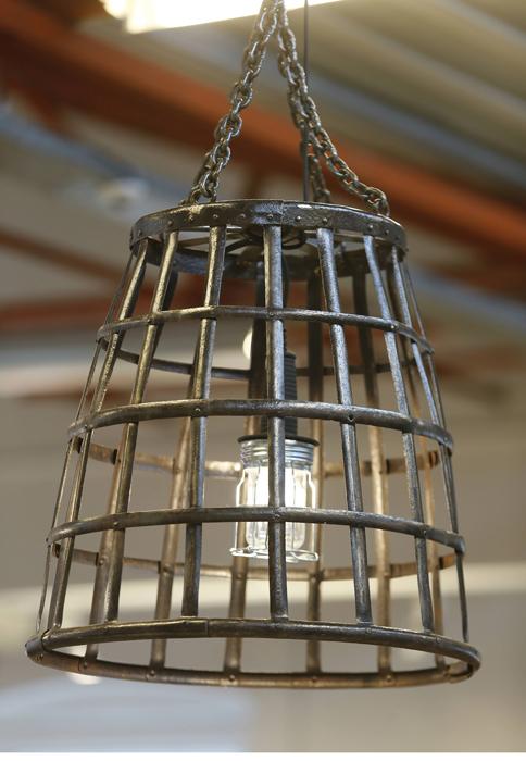 VINBALLONG: Denne lampen er laget av en gammel vinballong i jern, for Fretex. FOTO: Terje Pedersen, NTB Scanpix
