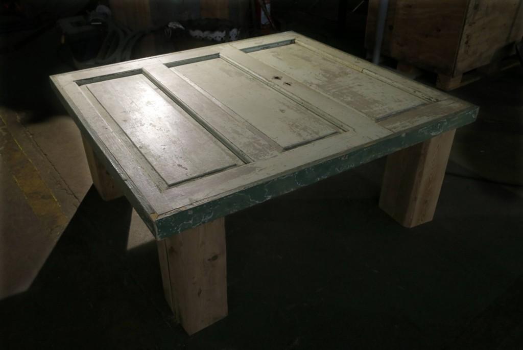 GAMMEL DØR: Dette bordet er til en privatkunde og vil koste mellom 9000 og 10.000 kroner. FOTO: Terje Pedersen, NTB Scanpix