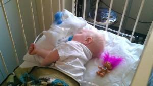 Bildet er fra et av sykehusoppholdene. Den yngste sønnen er hardt rammet av astma, en direkte konsekvens av fukt- og muggsopproblemene i huset, ifølge Kristin Toft og Merethe Fæhn. FOTO: Privat