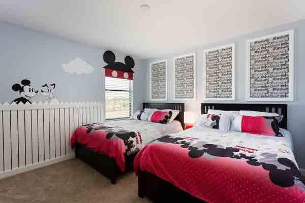 MIKKE: Det er egentlig sengetøyet og tapetet som gjør dette rommet. FOTO: Harry Tim