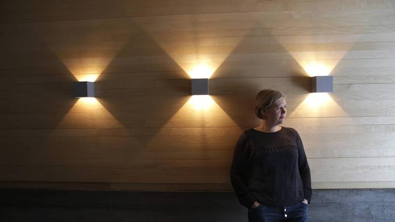 BELYSNING: Camilla Molnes Engeseth er godt fornøyd med vegglampene i TV-stuen. FOTO: Vidar Ruud, NTB Scanpix
