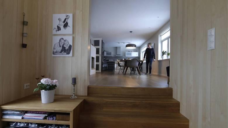 NIVÅER: For at tilbugget skulle følge hagens terreng, måtte det få to nivåer. Trappen til kjøkkenet er i eik, med integrert hyllebenk. FOTO: Vidar Ruud, NTB Scanpix