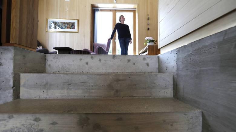 """BETONG: Camilla Molnes Engeseth var til å begynne med skeptisk til å ha betong i stien, men er i dag svært fornøyd. Legg merke til listen på veggen som er trukket inn, for å skape en opplevelse av at den øverste stien """"henger"""" litt i luften, i motsetning til tyngden i den nederste. FOTO: Vidar Ruud, NTB Scanpix"""
