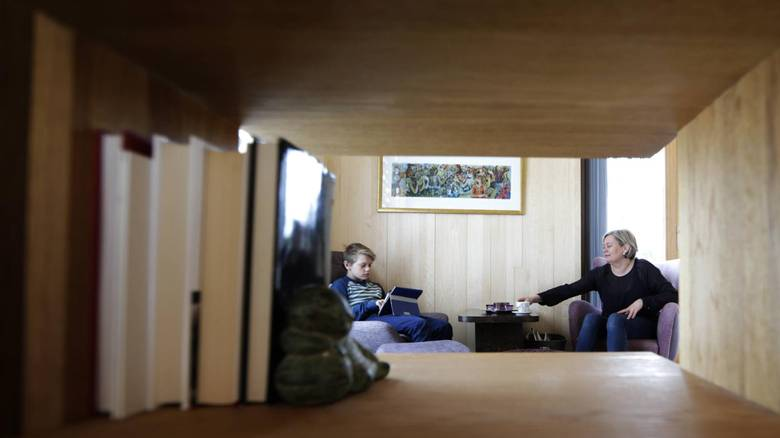 KAFFESTOL: I den lille loppemarkedstolen hun har fått trukket om, nyter Camilla Molnes Engeseth morgenkaffen, før de andre i huset står opp. Sønnen Jørund (11) slapper gjerne av med iPaf eller en bok. FOTO: Vidar Ruud, NTB Scanpix