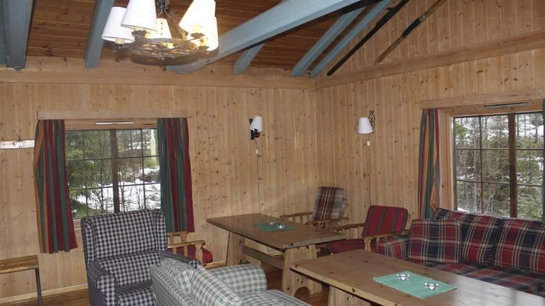 STUE FØR: Sånn så stuen ut da de nye hytteeierne overtok. FOTO: Lise Bjelland