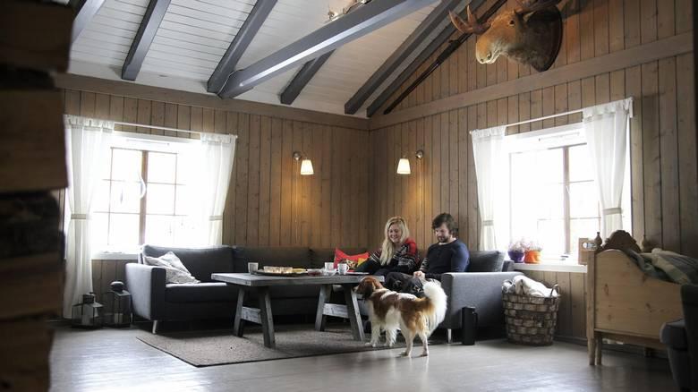 STUE ETTER: - Stilen vår i hytten har vel egentlig blitt til underveis, men vi visste vi ikke ville ha det lyst og hvitt. FOTO: Lise Bjelland