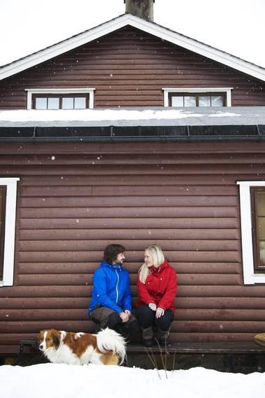 MALT: Siden bildene til reportasjen ble tatt, er hytten blitt malt i den opprinnelige rødfargen. Det er også kommet en ny terrasse her hvor Olaug Therese og Ivar Josephsen sitter. FOTO: Lise Bjelland