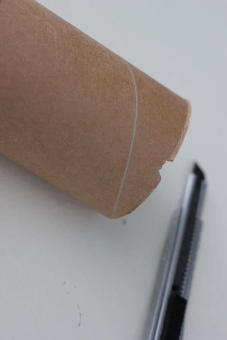 KUTT: Begynn med å skjære et hakk for lampeledningen slik at den får plass til å ligge fint under dorullen når lampen er ferdig montert. FOTO: Stina Andersen / Fru Andersen