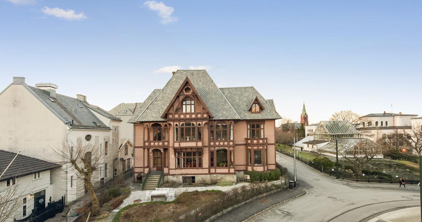 FØR: tidligere var huset malt i to nyanser av brunt.