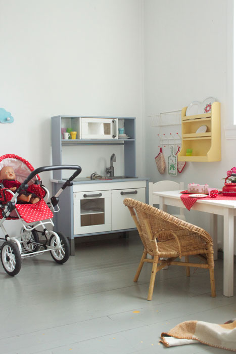 POPULÆR LEKEKROK: Med enkelte brukte leker og småmøbler har barna fått sitt eget lekekjøkken. FOTO: Stina Andersen / Fru Andersen