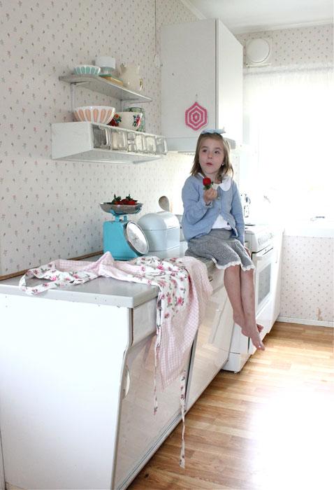 ORGINALT: Husets 50-tallskjøkken er bevart. Jeg synes det passer fint med gamle møbler i et gammelt hus, sier May Lisa. FOTO: Stina Andersen / Fru Andersen