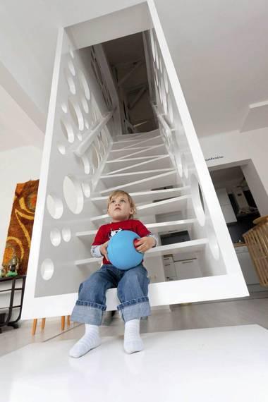 FORM & FUNKSJON: – Trappen er en kombinasjon av form og funksjon. Jeg ønsket å bruke trappen som romdeler mellom stuen og spisestuen, uten å stenge helt av. Derfor ble det hullete vegger, sier designer Biljana Jovanovic. FOTO: GERARDO ALTEMIR