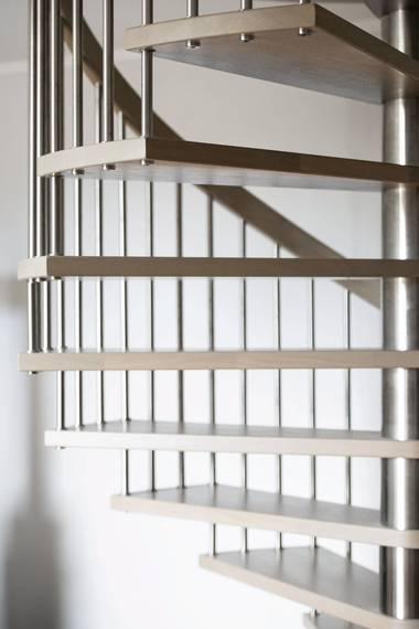 STÅLRØR: Rekkverket er stålrør festet til trappetrinn i eik. FOTO: BØRRE ESKEDAHL