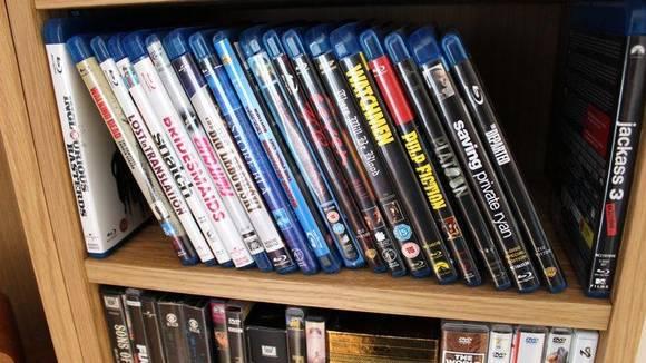 KAST: DVD-er og CD-er som støver ned i hyllen kan gis bort eller selges. FOTO: Synne Hellum Marschhäuser