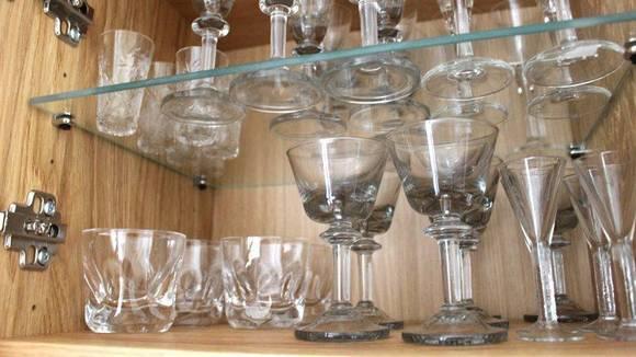 KAST: Glass med skår bør du bli kvitt, for de kan sprekke. Du kan frigi mye plass i skapet ved å rydde ut porselen, steintøy og glass du aldri bruker. FOTO: Synne Hellum Marschhäuser