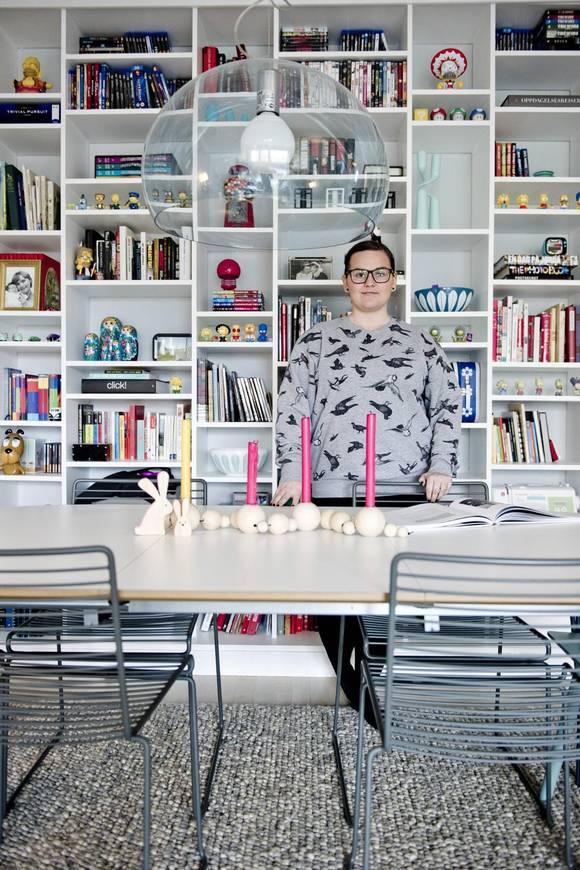 GJENBRUK: Lina Maria Karlsen er en kreativ sjel med sans for gjenbruk. Spisestuebordet og et par av stolene er kjøpt brukt. Det er også deler av innholdet i bokhyllen. FOTO: Jon Olav Nesvold, NTB Scanpix