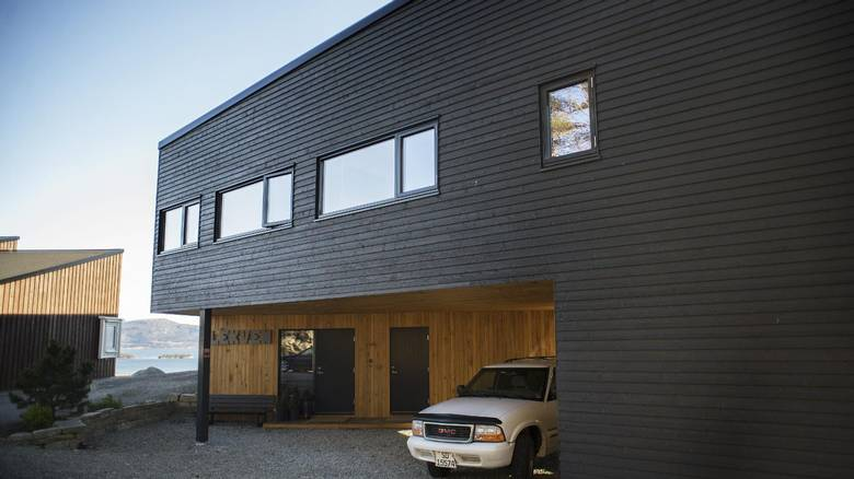GOD BILPLASS: På forsiden av huset er det god plass til å parkere biler, både under taket her og langs huset. FOTO: Elias Dahlen