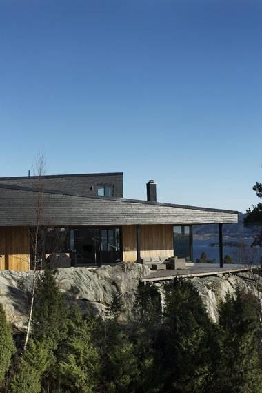 TODELT TAK: Taket er delt i to, og de delene er i ulike høyder. Mens det på den ene siden er lavere i forkant og høyere bak, er det motsatt for takenden ved siden av. FOTO: Elias Dahlen
